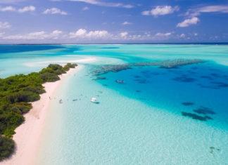 Idealne miejsce na wakacje? Egzotyczny świat malediwów z lazurową wodą.